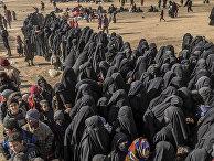 Женщины с детьми с территорий, ранее бывших под контролем ИГИЛ (запрещенная в РФ организация) в Сирии