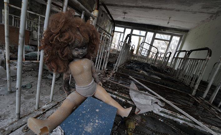 Кукла в разрушенном доме на Украине