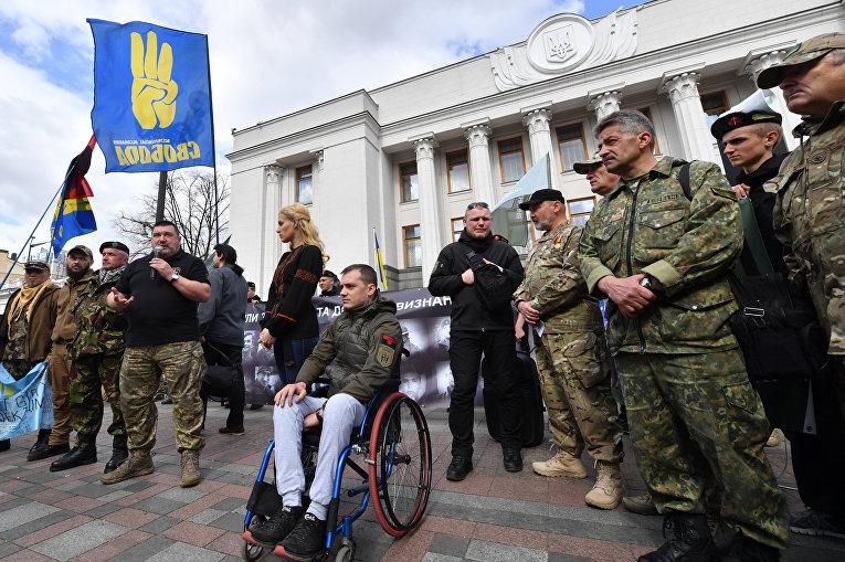 Ветераны добровольческих батальонов на Украине перед парламентов в Киеве