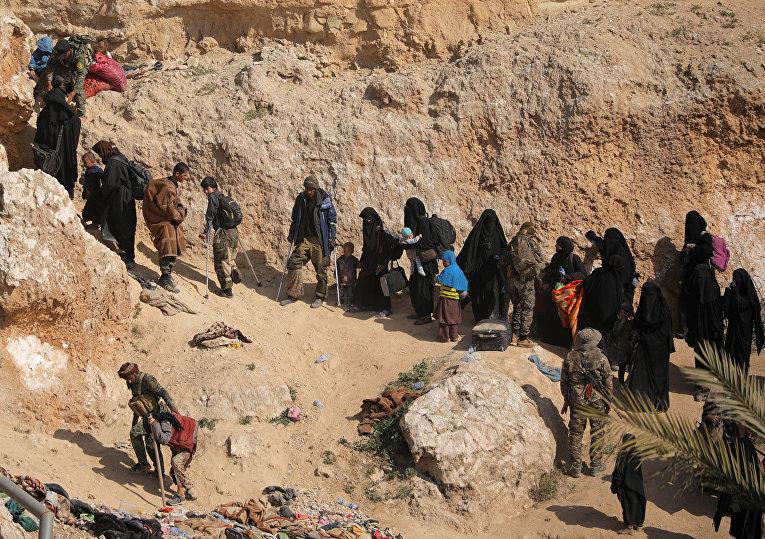 Сдавшиеся боевики ИГИЛ* и их семьи в деревне Багуз, провинция Дейр-эз-Зор, Сирия