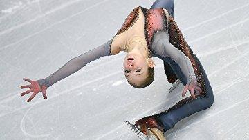 Александра Трусова (Россия) выступает в произвольной программе женского одиночного катания в финале Гран-при среди юниоров по фигурному катанию в Ванкувере