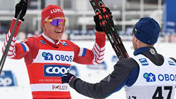Мартин Йонсруд Сундбю поздравляет Александра Большунова с победой