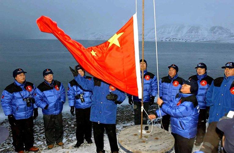 Члены китайской экспедиции поднимают национальный флаг