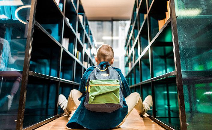 Мальчик в библиотеке