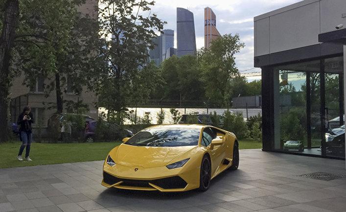 Автомобиль Lamborghini в дилерском центре в Москве