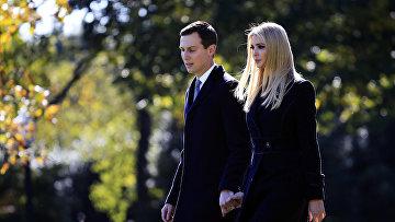 Старший советник президента Дональда Трампа Джаред Кушнер и дочь Дональда Трампа Иванка Трамп на лужайке Белого дома в Вашингтоне