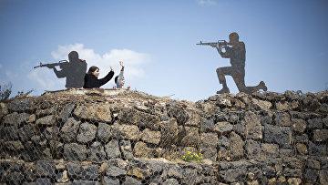 Туристы на старом форпосте на контролируемых Израилем Голанских высотах