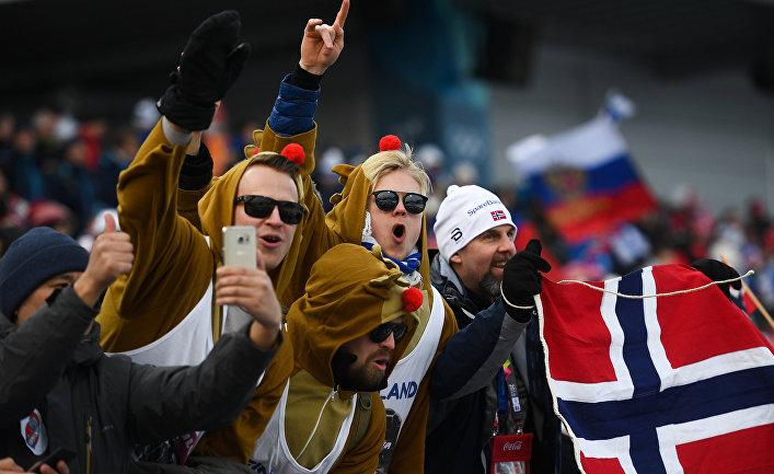 Норвежские и российские болельщики на трибуне во время эстафеты 4x10 км среди мужчин в соревнованиях по лыжным гонкам на XXIII зимних Олимпийских играх