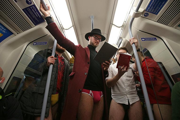 Участники флешмоба в лондонском метро