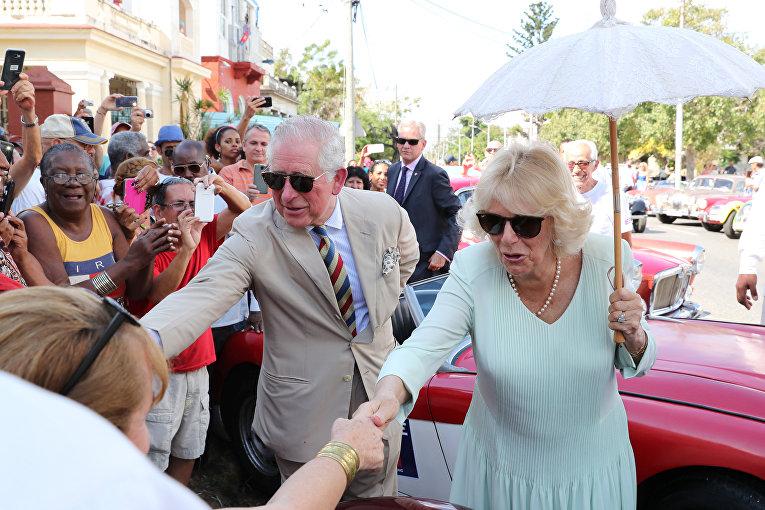Местные жители приветствуют принца Чарльза и Камиллу в Гаване