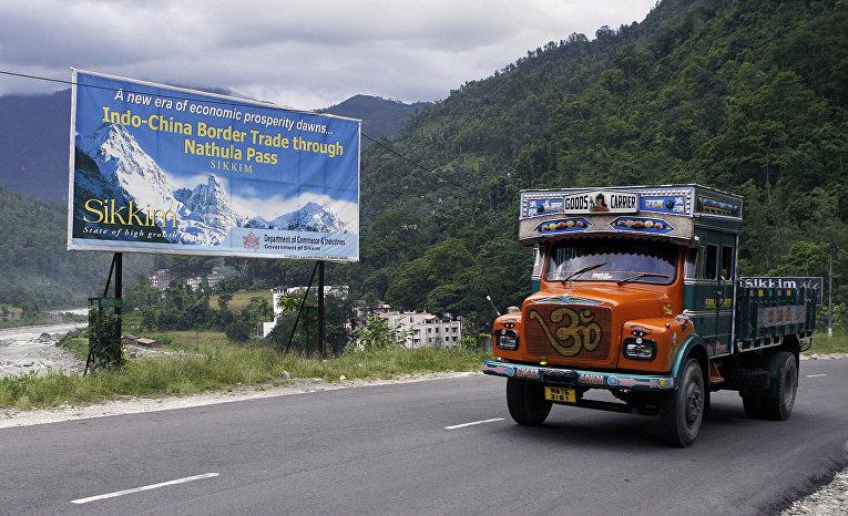 Грузовик в горах вблизи индийско-китайской границы примерно в 30 км к югу от Гангтока
