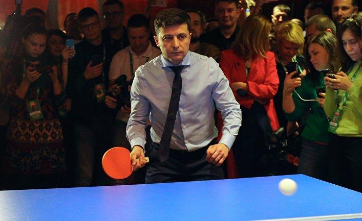 Кандидат в президенты Украины актер Владимир Зеленский играет в настольный теннис в своем избирательном штабе в Киеве