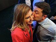 Кандидат в президенты Украины актер Владимир Зеленский с супругой Еленой в своем избирательном штабе в Киеве