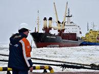 Грузовое судно в порту Сабетта на полуострове Ямал