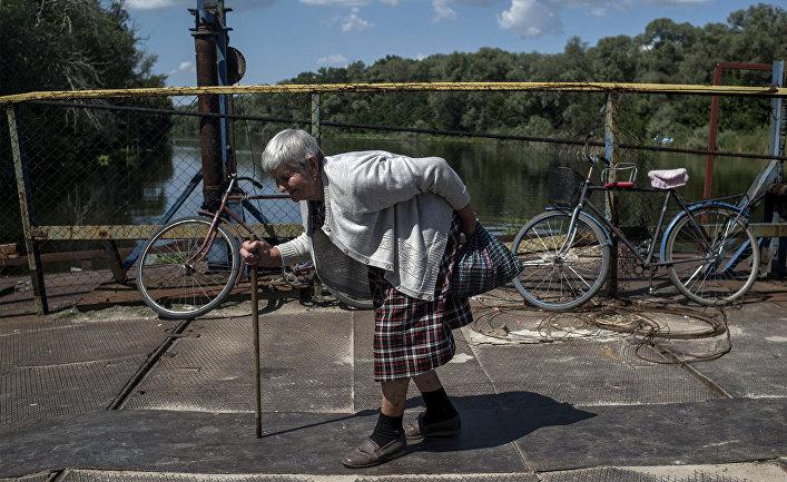 Местная жительница у переправы на Украине