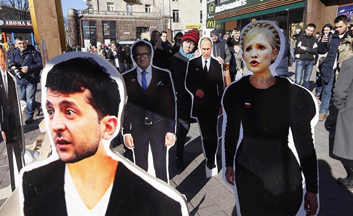 Картонные изображения кандидатов в президенты Владимира Зеленского и Юлии Тимошенко в Киеве, Украина