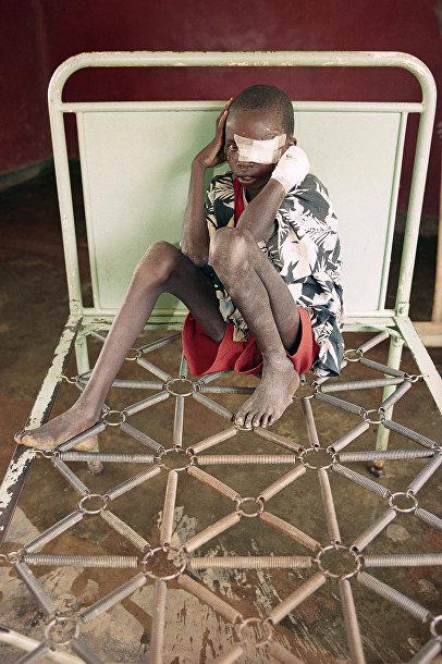 Реверьен Рурангуа, раненый во время нападения мачете и эвакуированный Красным Крестом