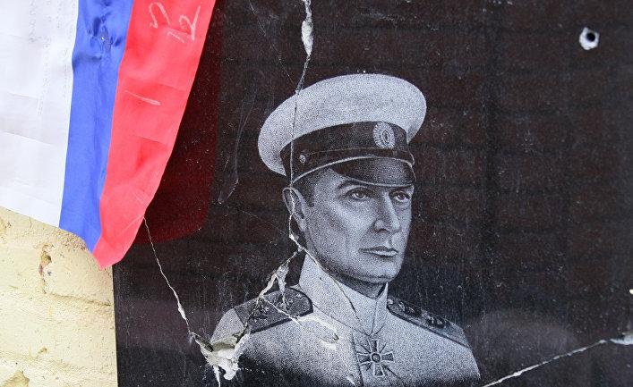 Разбитая вандалами мемориальная доска в честь адмирала А.Колчака