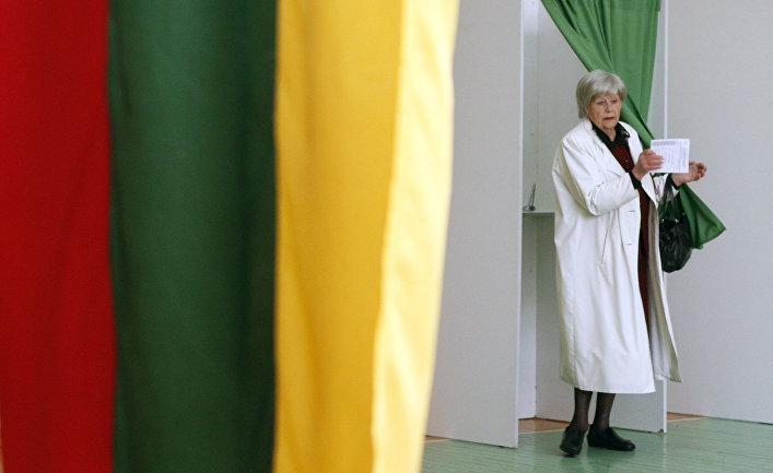 Женщина на избирательном участке в Вильнюсе