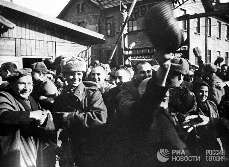Узники Освенцима в первые минуты после освобождения