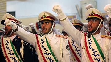 Иранские солдаты во время церемонии в пригороде Тегерана