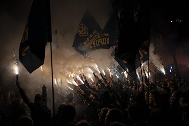 Активисты ультраправых группировок регулярно проводят марши в центре украинской столицы, крича «Смерть предателям Украины».