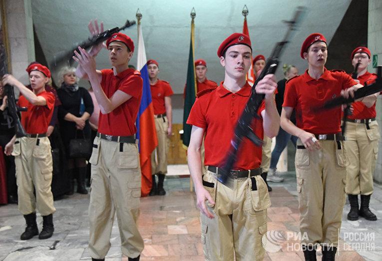 """Участники движения """"Юнармия"""" во время торжественной отправки призывников в армию"""