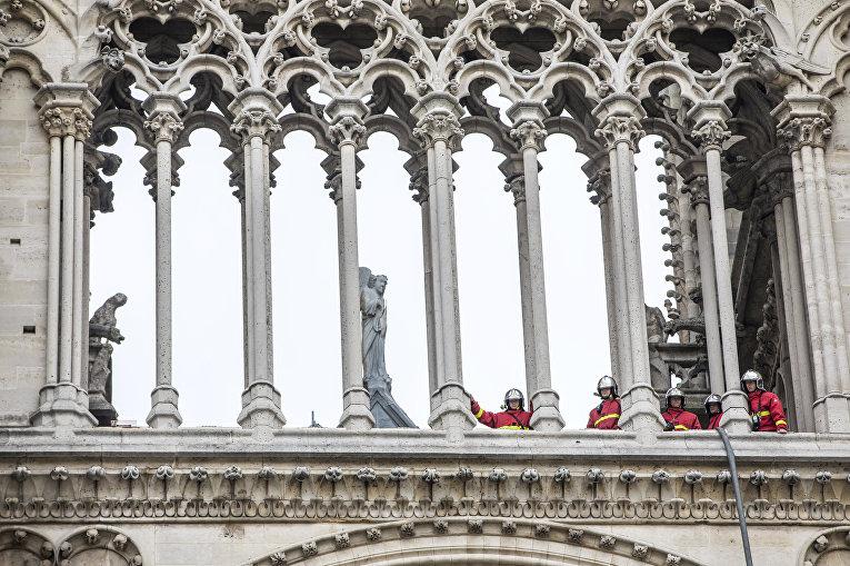 Пожарные тушат Собор Парижской богоматери