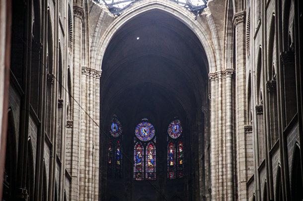 Уцелевшие витражные окна в Соборе Парижской богоматери после пожара