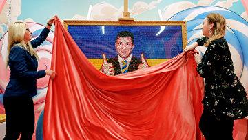 Портрет Владимира Зеленского, сделанный из конфет