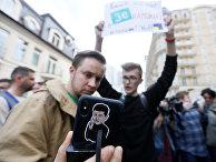 Украинцы с портретом Владимира Зеленского перед вторым туром президентских выборов
