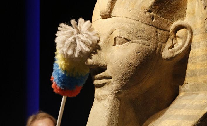 На выставке в Розенхайме в Германии служительница смахивает пыль с сфинкса Хатшепсут