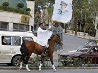 Сирийский наездник с портретом Башара Асада во время Международного арабского конного фестиваля