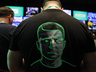 Мужчина в футболке с портретом Владимира Зеленского на спине