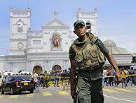 Солдаты армии охраняют район после взрыва в Коломбо, Шри-Ланка