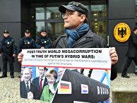 Мужчина сплакатом, протестующий против российско-немецкого газопровода «Северный поток»