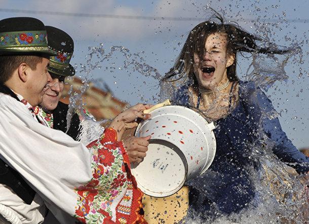 Венгрия:Обливают женщин водой