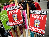 Плакаты участников первомайского митинга в парке в Нью-Йорке