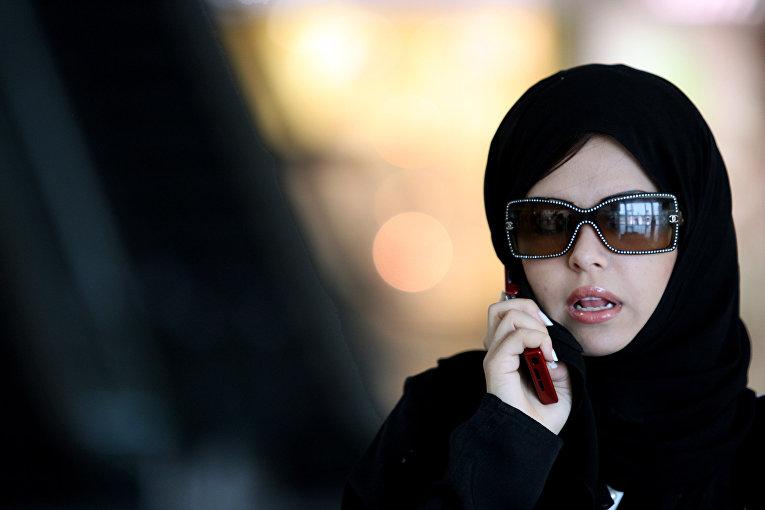Женщина говорит по телефону в Эр-Рияде, Саудовская Аравия