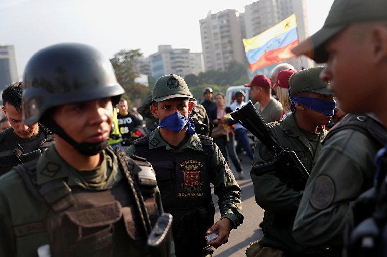 Военнослужащие возле авиабазы «Ла Карлота» в Каракасе, Венесуэла