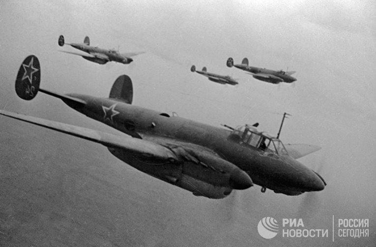 Советские бомбардировщики летят на боевое задание
