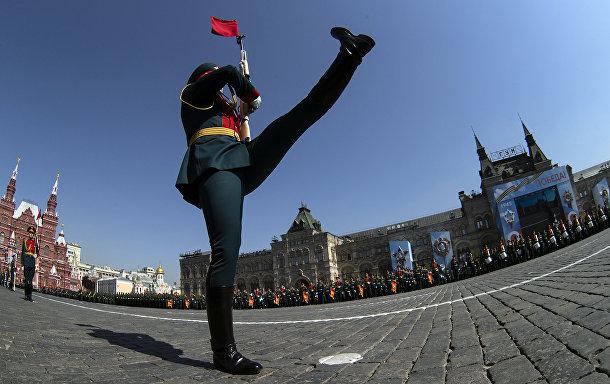 Военнослужащий парадных расчетов на генеральной репетиции военного парада на Красной площади