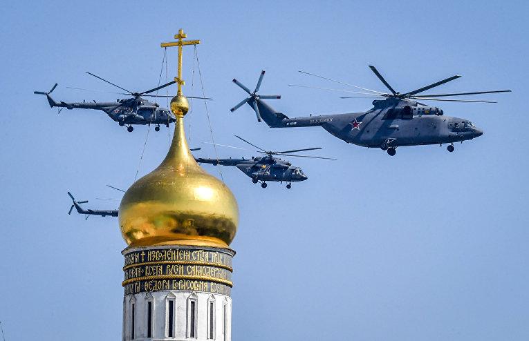 Российские вертолеты Ми-8 и Ми-26 пролетают над колокольней Ивана Великого в Москве