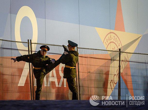 Российские военнослужащие перед ночной репетицией парада на Красной площади в Москве