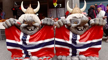 Тролли с норвежскими флагами на улице Олдена, Норвегия