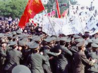 Столкновения протестующих с полицией на площади Тяньаньмэнь в Пекине, КНР