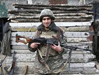 Армянский солдат позирует в зоне Карабахского конфликта