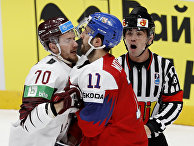 Игроки сборной Чехии и Латвии во время чемпионата мира по хоккею