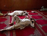 Верующие спят в мечети в первый день исламского священного месяца Рамадан в Джелалабаде