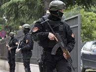 Сотрудники полиции Черногории охраняют вход в здание суда в Подгорице, Черногория
